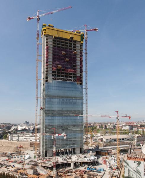 TOUR Isozaki , un nouveau quartier se construit à Milan, et avec ce projet, un nouveau fleuron de la Lifestyle City : La tour Isozaki est, du haut de ses 202 m, le bâtiment le plus haut d'Italie. Doka a fournit pour ce projet la solution complète de coffrage. Année de construction 2014 durée du projet 11 mois, Pays Italie, localité Milan Ouvrage Tours.
