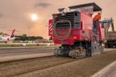 <span style='font-weight:300;'>Réhabilitation des pistes de l'Aéroport de Bologne</span><br/>Machine Wirtgen Group assure les travaux