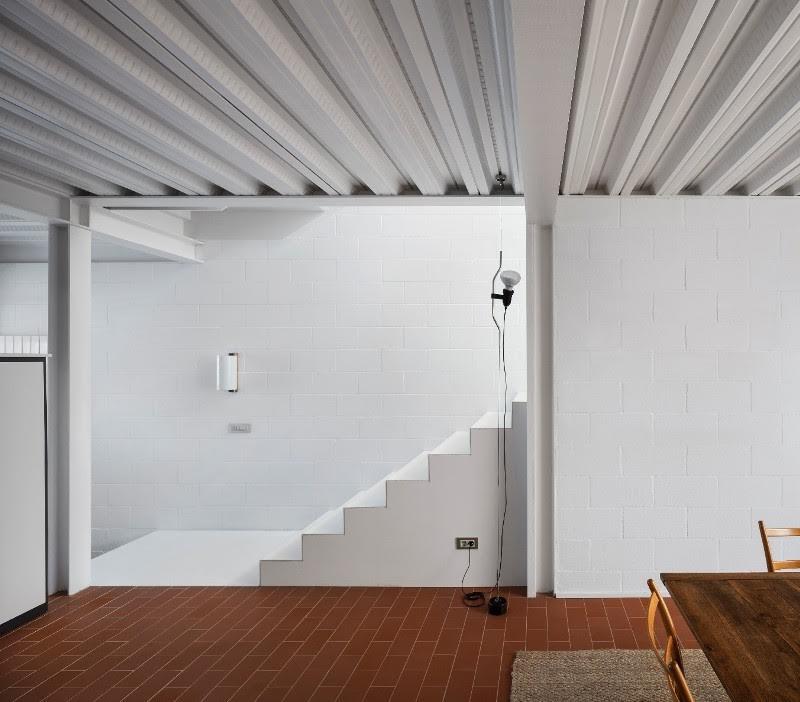 prix intérieur Première: « Au bord de la maison » Xavier Martí et Lucía Ferrater.  Le jury a apprécié la présence des carreaux de céramique qui crée une connexion de canal entre les différents espaces en harmonie avec les autres matériaux qui l'accompagnent.
