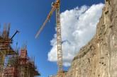 Grue potain 64 T sur le chantier de la construction de la centrale hydroélectrique en Tanzanie